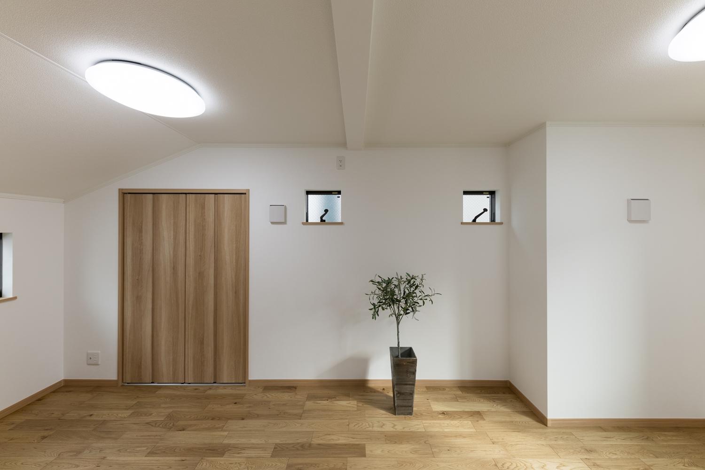 2階洋室/様々なインテリアに合わせやすい、ナチュラルな配色の室内。可愛らしいキューブ型の小窓が空間のアクセントに♪