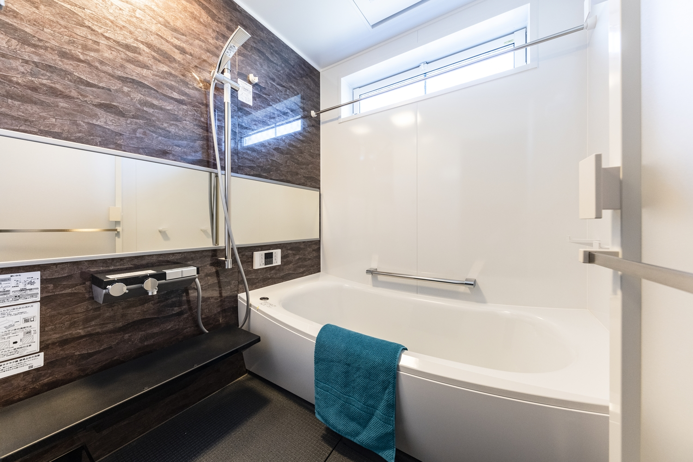 バスルーム/天然石の豊かな表情をモチーフにしたアクセントパネルや、ワイドミラーが上質な空間を演出。