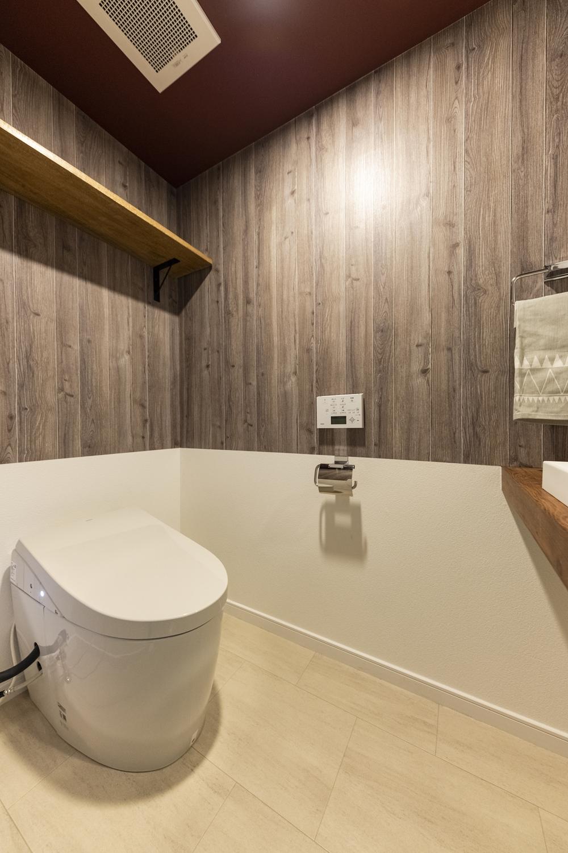 トイレ/木目調と無地のクロスを上下に張り分けた壁や、ボルドー色のクロスを施した天井が、個性的で遊び心のある空間を演出。カウンター部分は小物のディスプレイも楽しめるスペースに大変身しました♪