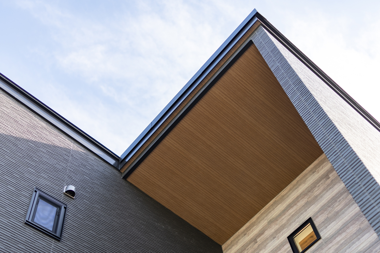 軒天に木目柄でアクセントをつけた上質でモダンなデザインの外観。