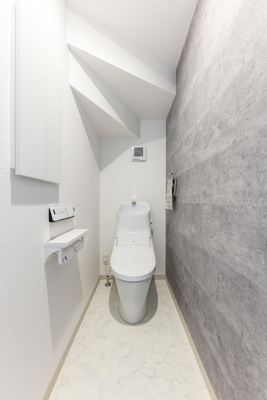 1階トイレ/コンクリート調のアクセントクロスが空間の引き締め、スタイリッシュで洗練された空間を演出。