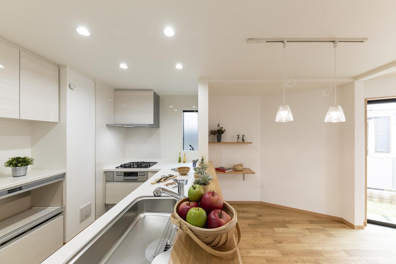 家族を見守りながら家事がこなせる、カウンター付対面キッチン。