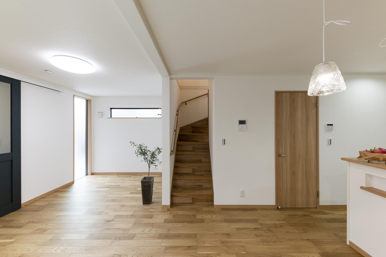 木の温もりを感じるナチュラルで温かみのある空間。大きなFIX窓や横窓を施し、明るくあたたかい室内を演出。