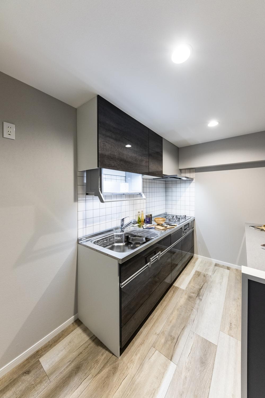 キッチン/冷蔵庫置き場を手前に配置し、キッチンの位置をずらし、シンクとコンロを左右入れ替えました。