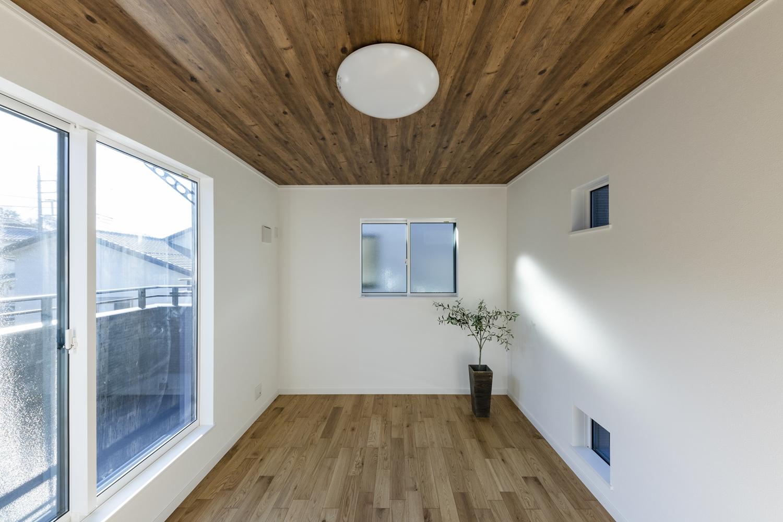 2階洋室/しっかりした木目、特徴的な柾目の斑紋が正統を印象づける「オーク」のフローリングがナチュラルな空間を演出。