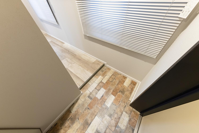玄関/ヴィンテージ調のタイルを張りました。カラフルな色使いがとってもおしゃれ♪