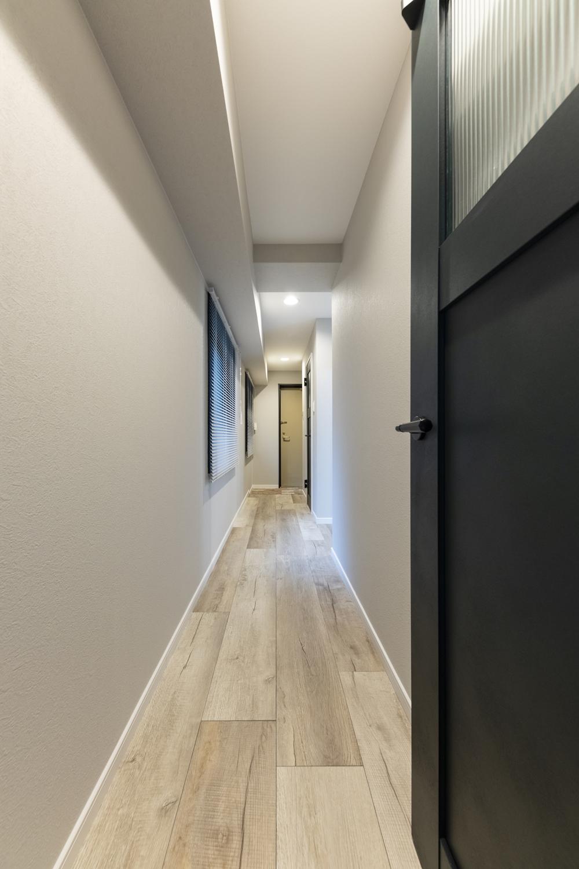 廊下/グレー系をミックスさせた幅広のフローリングを既存の床に重ね張りしました。異なる不揃いなカラーのコントラストが、カッコイイ表情を創り出してくれます。