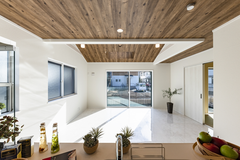 キッチンから見渡すリビングには明るい陽射しと心地よい風が降り注ぎます。