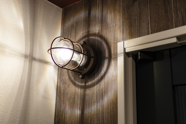 トイレ/インダストリアル感がとってもおしゃれなブラケット照明を施し、個性的で遊び心のある空間に♪