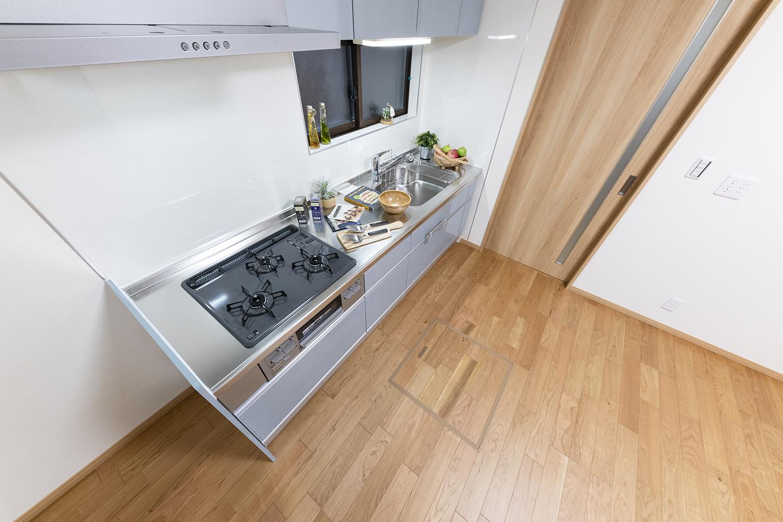 サッっと引き出せて足元まで使える、大容量で機能的なキッチン収納。