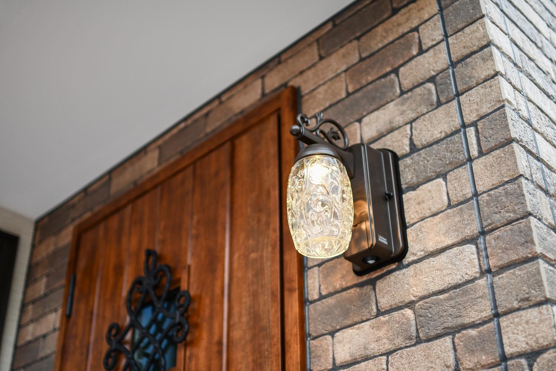 鋳物を施したアンティーク調の玄関ドアやガラスのポーチライトがエントランスを彩ります。