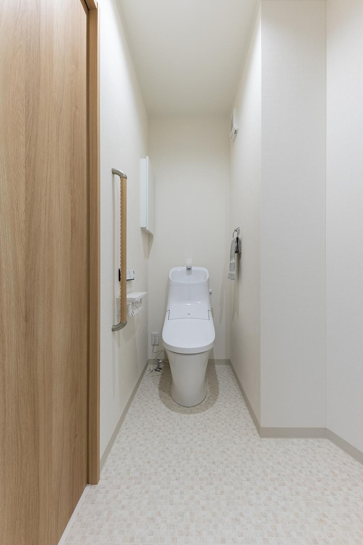 ゆとりのある1階トイレ。手すりを設置して安全で快適な暮らしをサポートします。