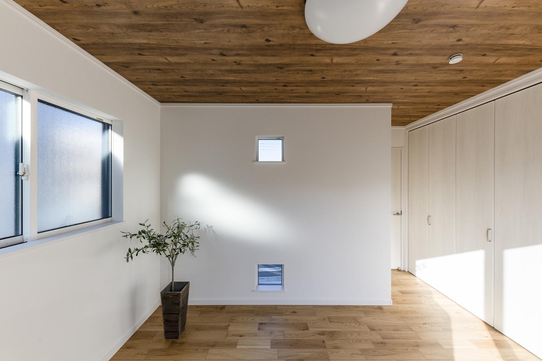 2階洋室/外観のアクセントになっていたキューブ型の小窓が、室内でも同様にアクセントとなっています♪