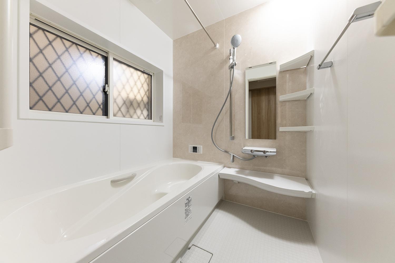 バスルーム/天然石の豊かな表情をモチーフにしたアクセントパネルが上質な空間を演出。