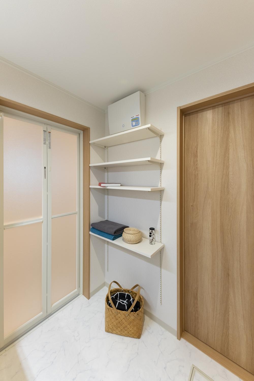 サニタリールーム/タオルや洗剤等をたっぷり収納できる可動式のリネン棚を設置しました。