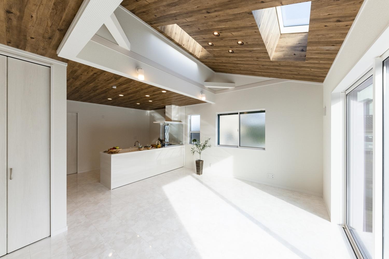 勾配天井に木目調クロスを施しました。木の温もりに包まれ森林浴をしているような空間に仕上がりました。