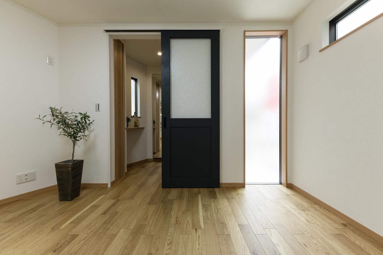 窓からたっぷりの自然光が降り注ぐ明るい空間。アンティーク家具にも使われているデザインガラスをはめ込んだ、ボトルグリーンのドアが空間のアクセントに♪