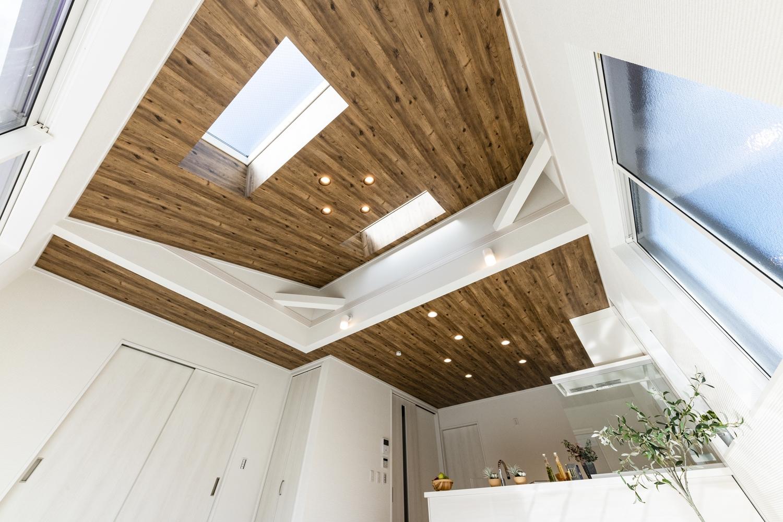 日中はトップライトや窓からの光がお部屋全体を包み込み、夜はダウンライトやおしゃれな照明が空間を彩ります。