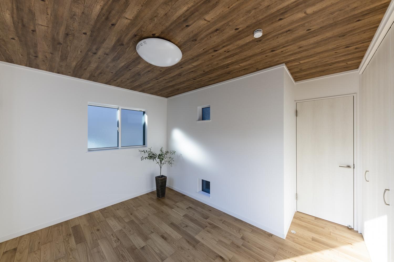 2階洋室/天井に木目調クロスを施し木の温もりを感じる空間に。