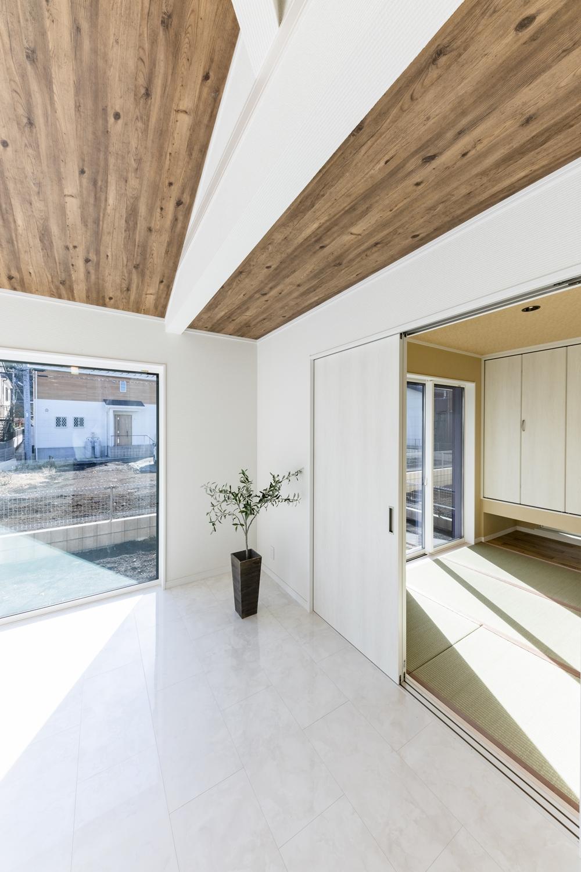 扉を開けてひとつなぎになった畳のお部屋はリビングに開放感をプラスしてくれます。