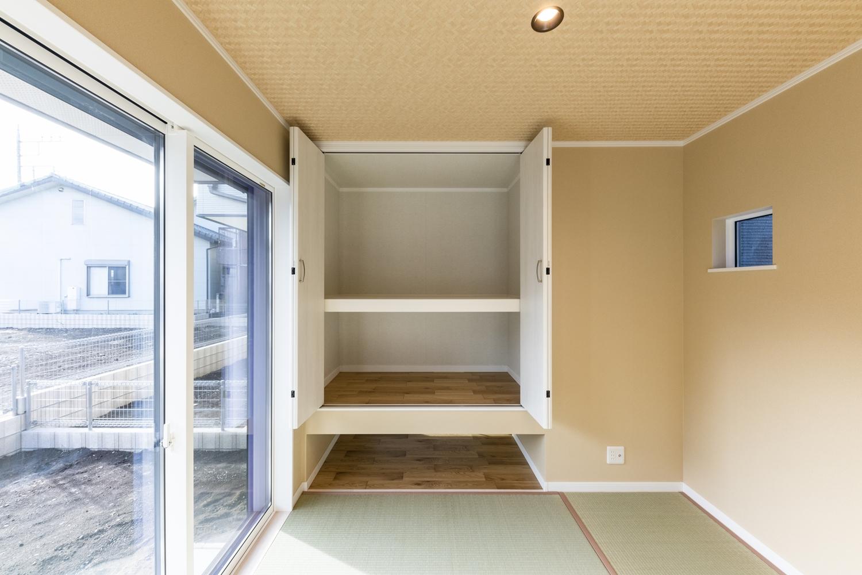1階畳敷き洋室/「吊押入れ」を設けました。収納力もバッチリで、モダンな仕上がりに。