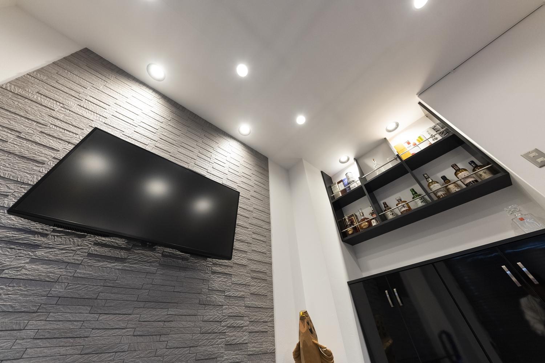 ダウンライトを壁に近い所に配置して間接照明に。奥行きが出て立体感を強調することができ、グッとおしゃれな雰囲気に。