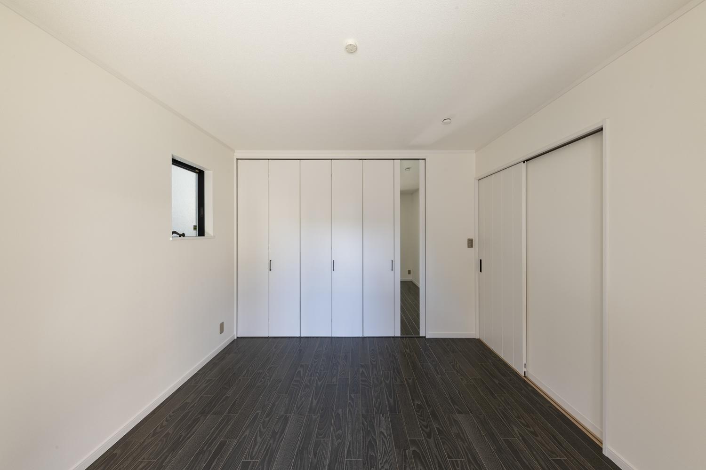 1階洋室/壁の白さとブラックウォルナットのフローリングのコントラストが印象的な清涼感のあるお部屋。