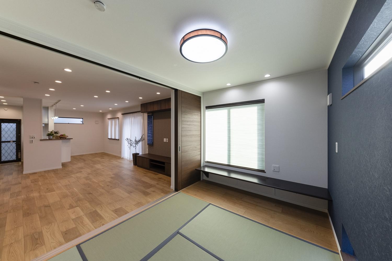 戸を開けてひとつなぎになった畳のお部屋はリビングに開放感をプラスしてくれます。
