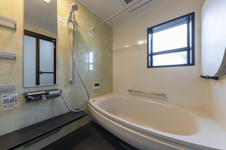 バスルーム/色の重ねやにじみの技法を使い透明感を表現したアクセントパネルが、やさしく和やかな空間を演出。