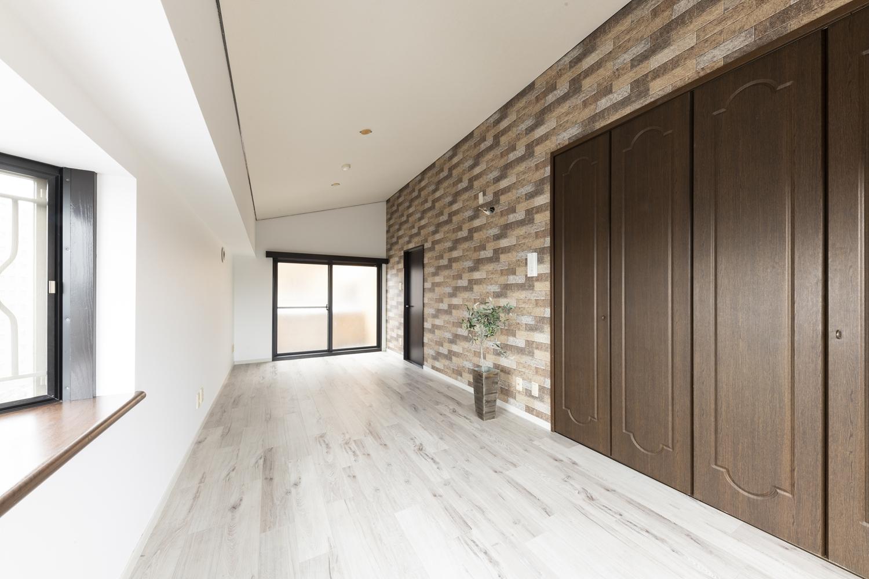 洋室/天井・壁のクロスを貼り替え、新しい床材を上張りしました。状態の良かったクロゼット扉は既存のまま残しました。