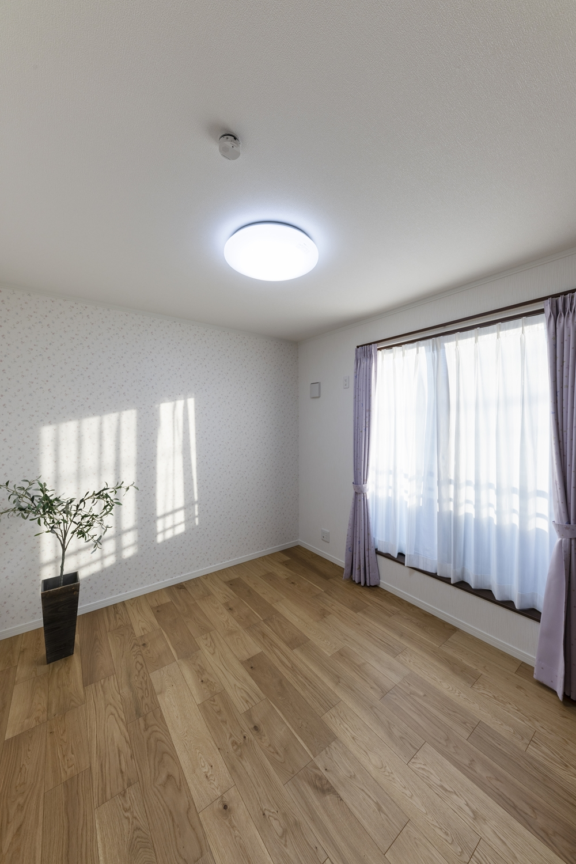 2階洋室/花柄のアクセントクロスが室内をエレガントな雰囲気に包みます。