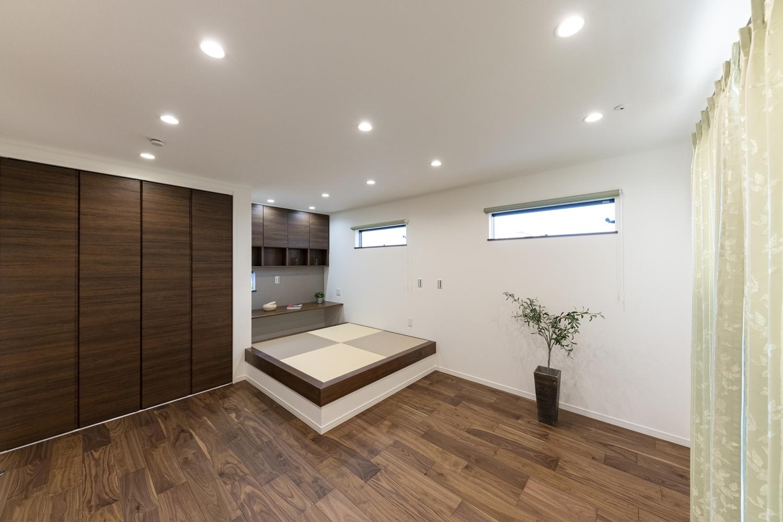 2階洋室/時を経るほど渋みを増す重厚で高級感のある色・艶。変化に富む深い色合いの木目が風格ある表情を生む、ブラックウォルナットのフローリング。
