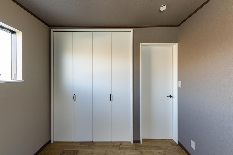 1階洋室/モノトーンカラーの壁紙に白い建具を合わせたモダンな雰囲気のお部屋。