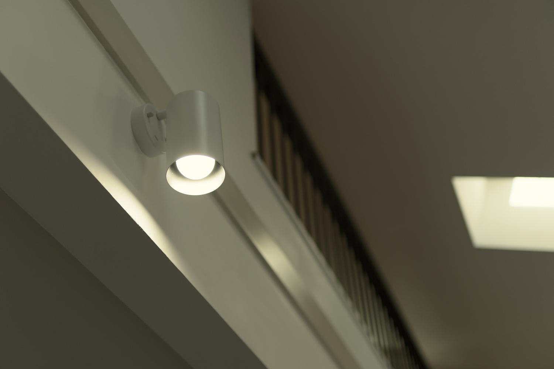 日中は窓からの光が部屋全体を包み込み、夜はおしゃれな照明が空間を彩ります。