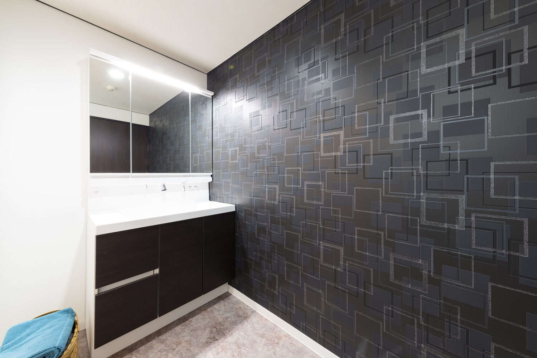 洗面室/ダークトーン系の洗面化粧台扉やデザインクロスをあしらい、スタイリッシュな空間を演出しました。