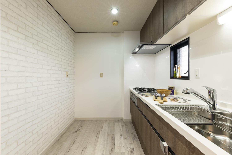 レンガ調のクロスをアクセントにして、オシャレな家具やキッチン家電を合わせたり、お料理がずっと楽しくなるキッチンスペースに大変身しました♪
