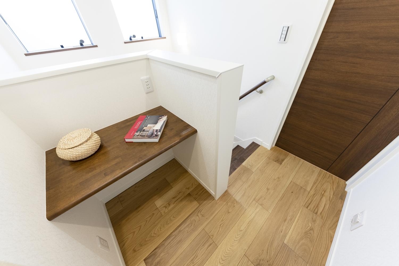 2階フリースペース/カウンターを施しました。オープンな書斎にしたり、家族みんなの共用場所に♪コンセントもしっかりと設置しました♪