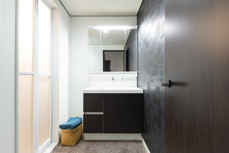 洗面室/洗面化粧台をはじめ、天井・壁のクロス・床材・照明を一新し、清潔感のある空間に大変身しました!