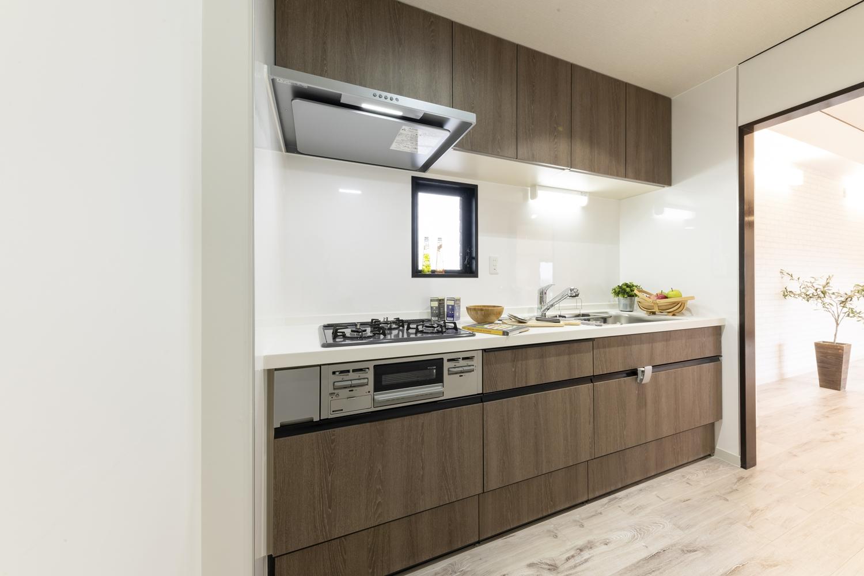 インテリア性の高い木目柄の扉を施したおしゃれなキッチンに大変身!