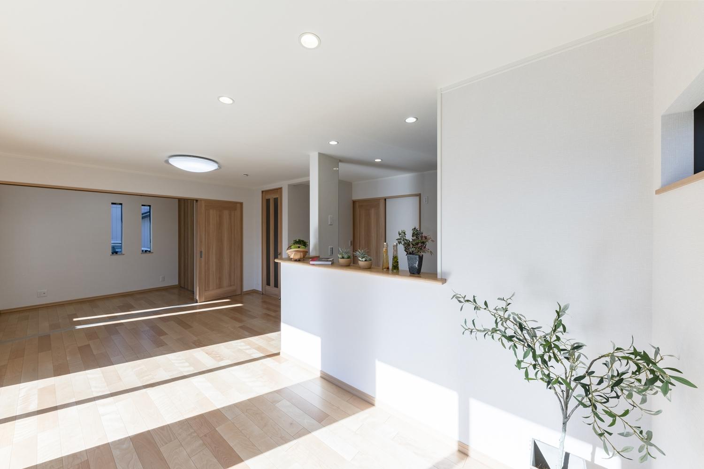 白いクロスと優しい木目デザインの明るくナチュラルな雰囲気のLDK。