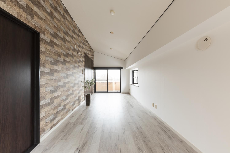 洋室/表情豊かな石積調のクロスをお部屋のアクセントにしました。リビング同様、木の風合いを感じさせるホワイトオーク柄の床材を既存の床に上張りしました。