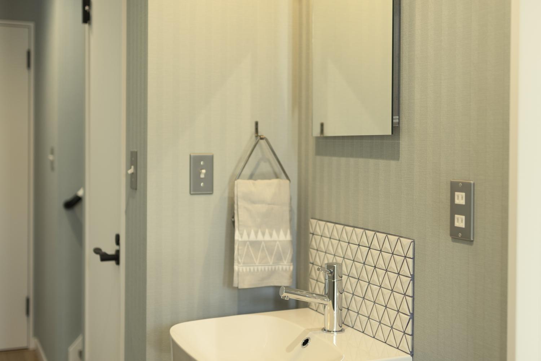 お客様も使いやすい玄関横の手洗いコーナー。帰宅してすぐうがいや手洗いができるので、衛生的で快適!三角のタイルが可愛らしくて魅力的♪