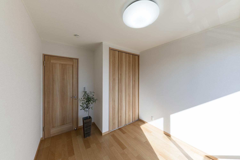 2階洋室/様々なインテリアに合わせやすい、ナチュラルな配色の室内。
