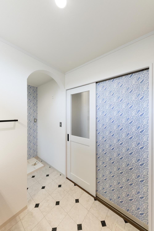 サニタリールーム/アーチ状の下がり壁や、アンティーク家具などによく使われている型板ガラスをあしらったおしゃれな建具を施しました。