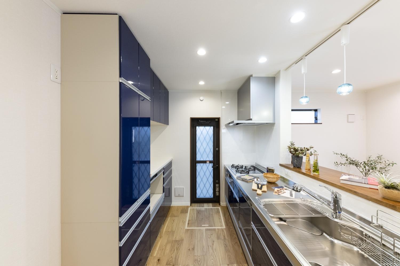 キッチン背面にはキッチンと同じデザインのカップボードや吊戸棚を施し機能美も充実させました♪