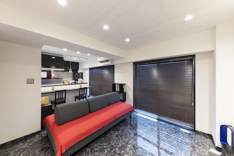 全室、天井・壁のクロス・床材の張り替えや上張り、照明や建具・設備の交換、新規設置を行いました。白と黒をベースにして、非日常的で生活感の無い、贅沢な空間を演出。