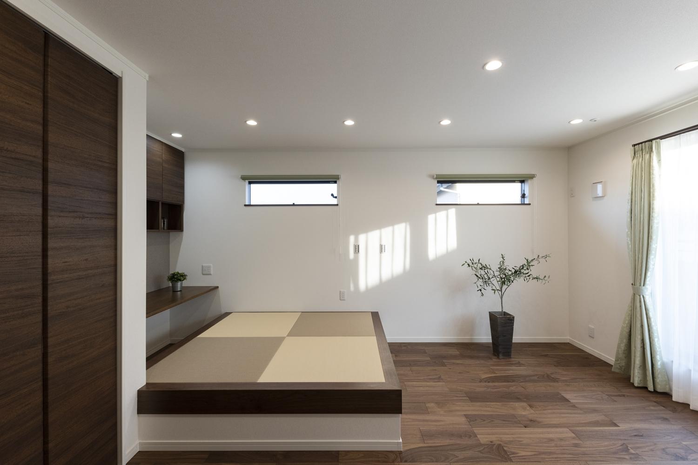 小上がり畳のある、モダンな雰囲気の2階洋室。アイボリーとモカベージュ色の畳を市松敷きにしたオシャレな空間。