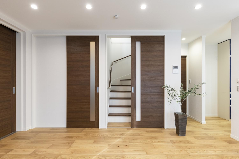 ご家族が自然と顔を合わせる機会が増えるリビングイン階段。階段入口に扉を設置して冷暖房効率をUPさせました。