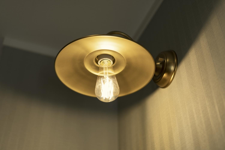 金属の風合いが魅力の真鍮色のオシャレな照明。