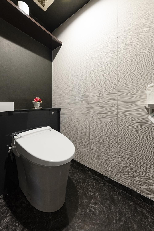 トイレ/白全面改修工事を行い、空気を美しく整えるインテリア壁材「エコカラット」を施しました。白と黒をベースにしたホテルライクな空間に仕上がりました。